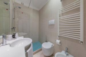 bathroom-hotel-delfino-venice-mestre